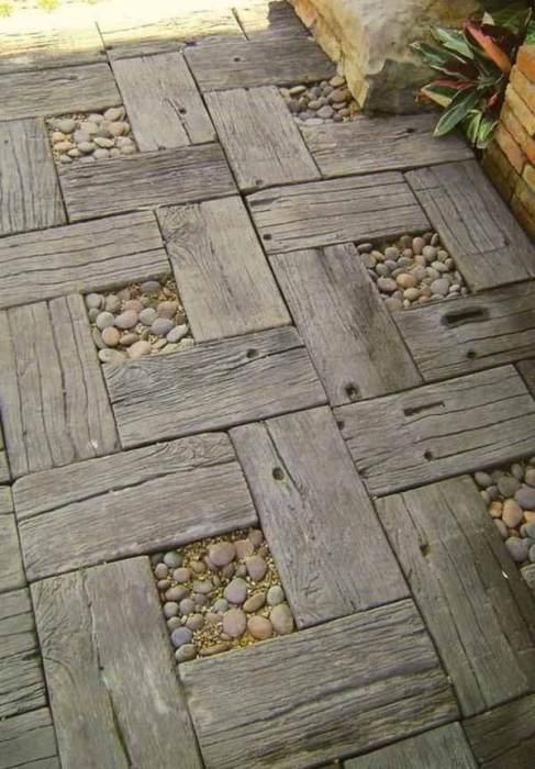 Комбинированная дорожка из дерева и камней.
