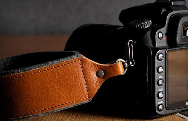 Наручный ремень для фотоаппарата с металлическим крючком.