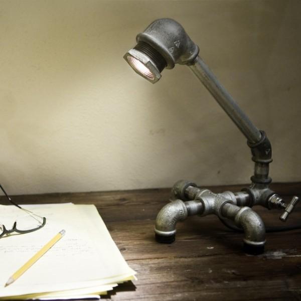 Настольный светильник из водопроводных труб.