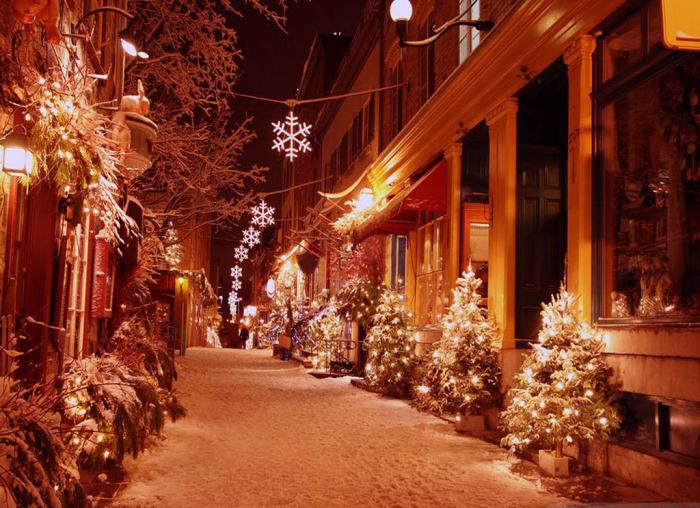 Маленькая улочка с новогодними украшениями.