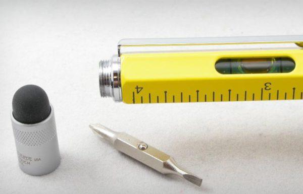 Многофункциональная шариковая ручка, которую можно использовать как линейку, отвертку и стилус.