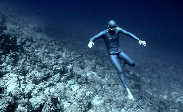 Океанское течение несет фридайвера с неистовой силой.
