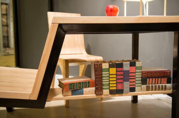 Стол, стул и книжная полка - рабочее пространство в тесных условиях.