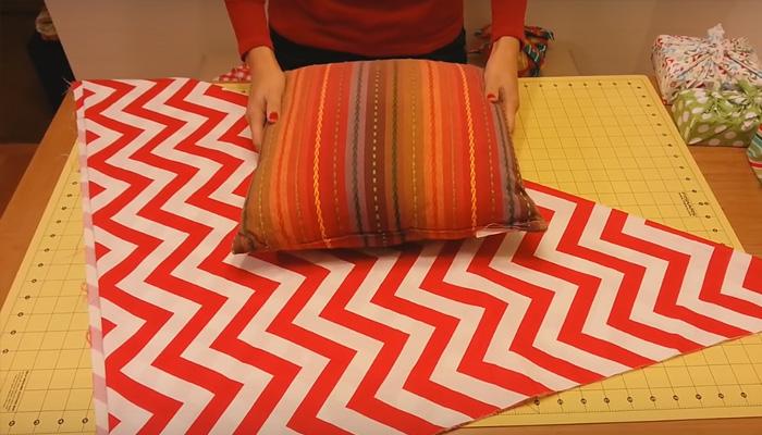 Как сделать стильный чехол для подушки-думочки без иголки и нитки.