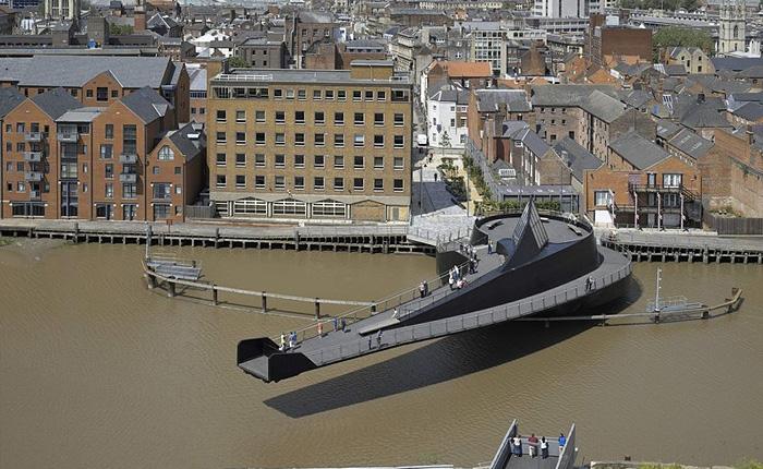 Уникальный разводной мост в Англии.