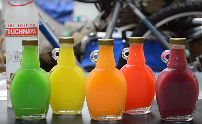 Нарядные разноцветные бутылочки водки с разными вкусами.