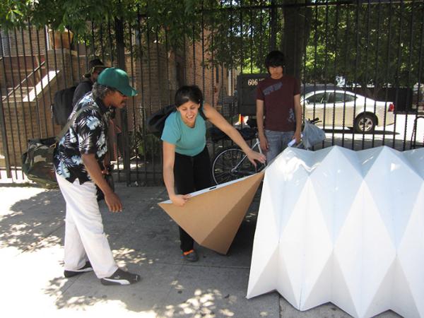 Крепление фронтальных стенок к временному убежищу бездомного.