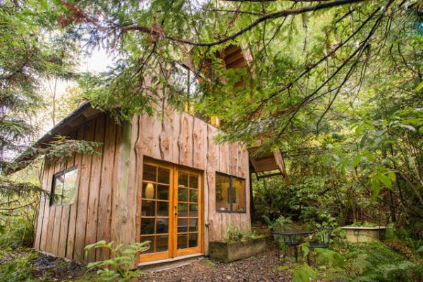 Крошечный деревянный коттедж в японском стиле.