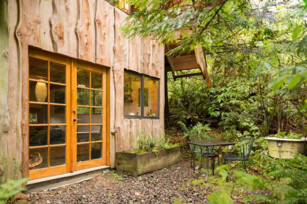 Крошечный лесной дом в японском стиле.
