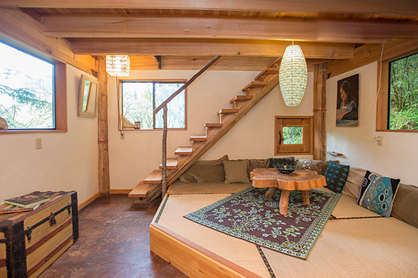 Интерьеры маленького дома в лесу.