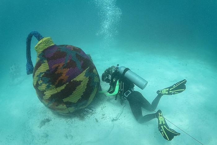 Вязаные экспонаты в подводном музее
