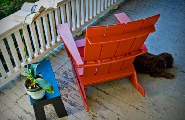 Кресло-качалка из прочного пластика.