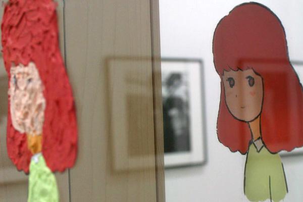 Двусторонние персонажи в стиле аниме, написанные на зеркалах.