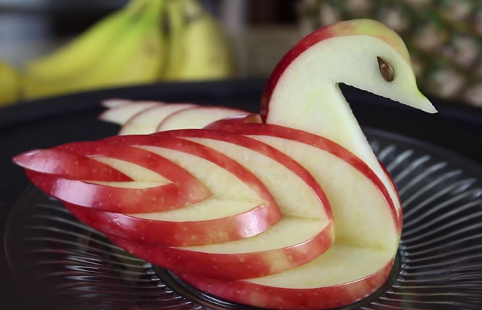 Как превратить яблоко в прекрасного лебедя.