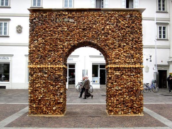 Триумфальная арка - памятник беспощадному обществу потребления.