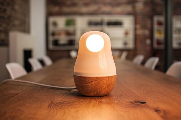 Настольный светильник в форме матрешки от немецких дизайнеров.