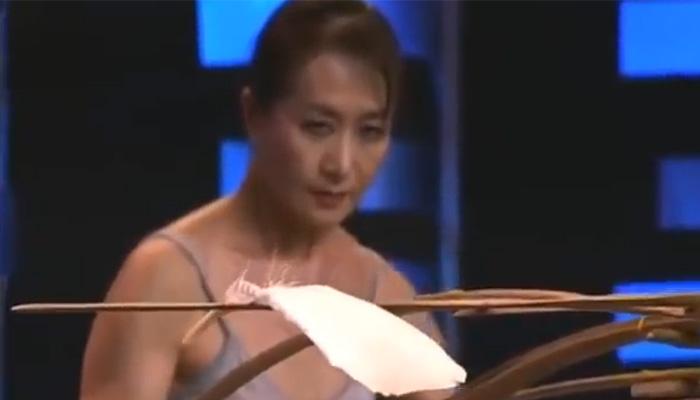 Невероятное мастерство участницы шоу талантов.