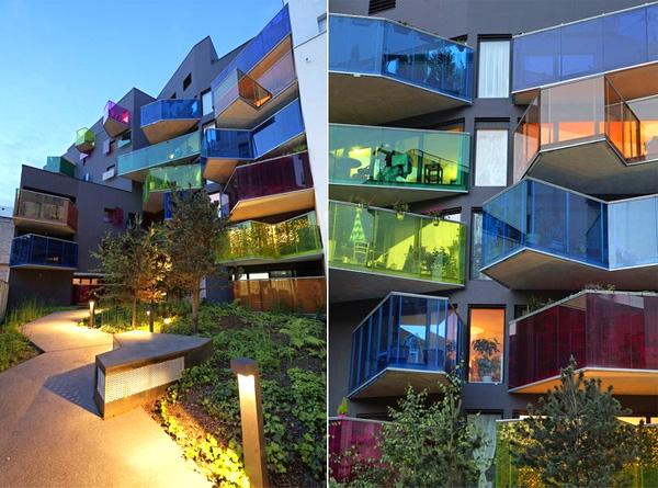Дом с яркими балконами в пригороде Парижа.
