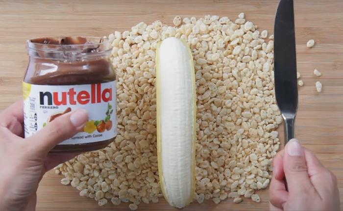 Вкуснейший десерт: роллы из банана и нутеллы.