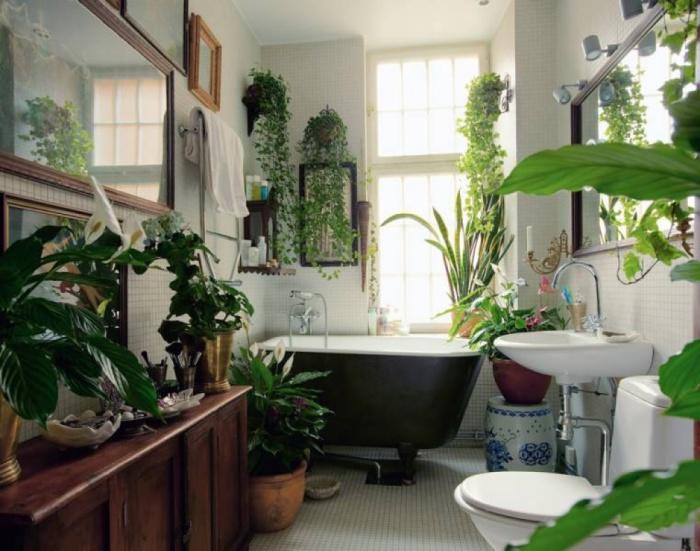 Ванная комната, оформленная при помощи живых цветов.