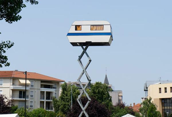 Автодом, возвышающийся надо городом. Автор Benedetto Bufalino.