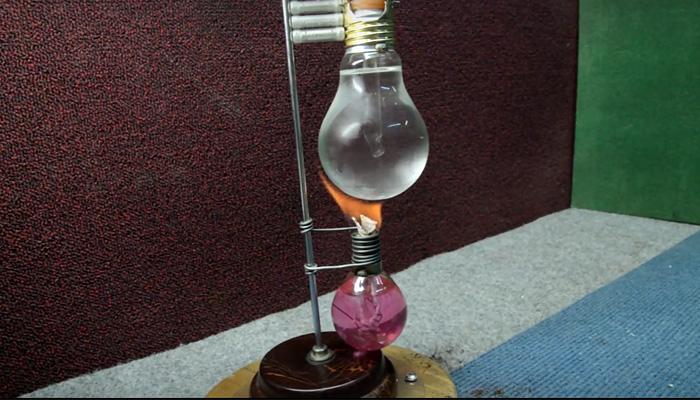 Стильная стимпанк-кофеварка из лампочек.
