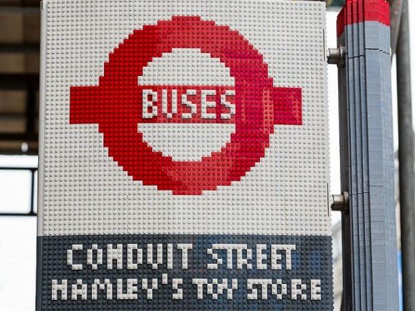 Автобусная остановка из LEGO. Великобритания.