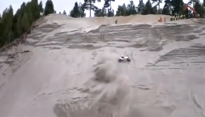 Машина взбирается по практически отвесной песчаной стене.