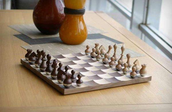 Шахматы-неваляшки.