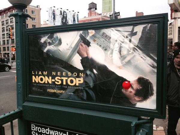 Большие клоунские носы на постерах Нью-Йорка.