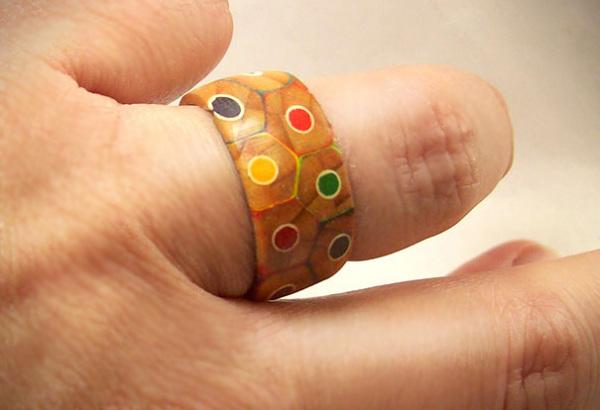 Кольцо из цветных карандашей.