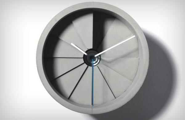 Часы в виде винтовой лестницы из бетона.