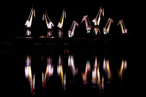 Lighting Giants. Необычное световое шоу.