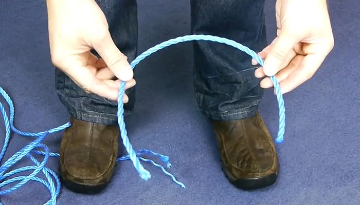 Как откромсать веревку нужной длины.