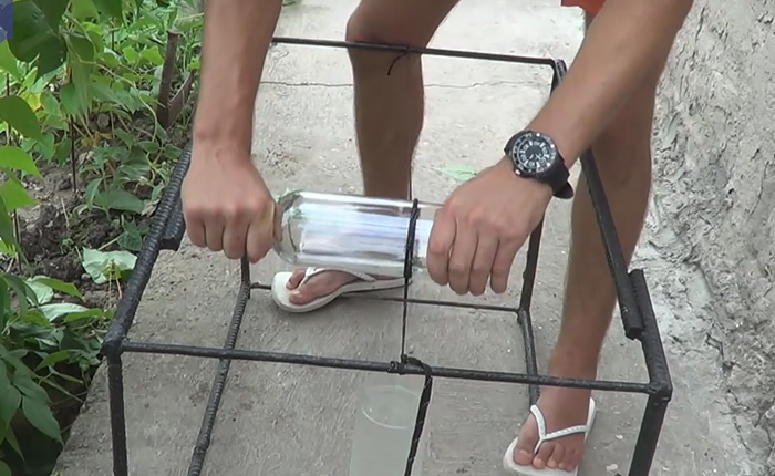 Как разрезать бутылку, используя обычный шнурок от ботинок.