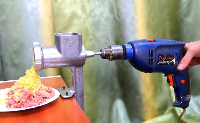 Мужское решение: легким движением руки мясорубка переделала всю работу!