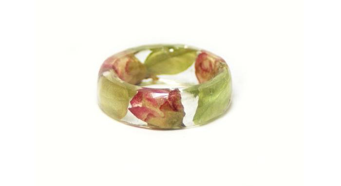 Кольца с настоящими цветами.