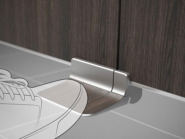 Ножная защелка для двери в общественном туалете.