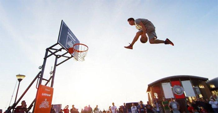 Уличное представление от баскетбольной фристайл трюк-группы.