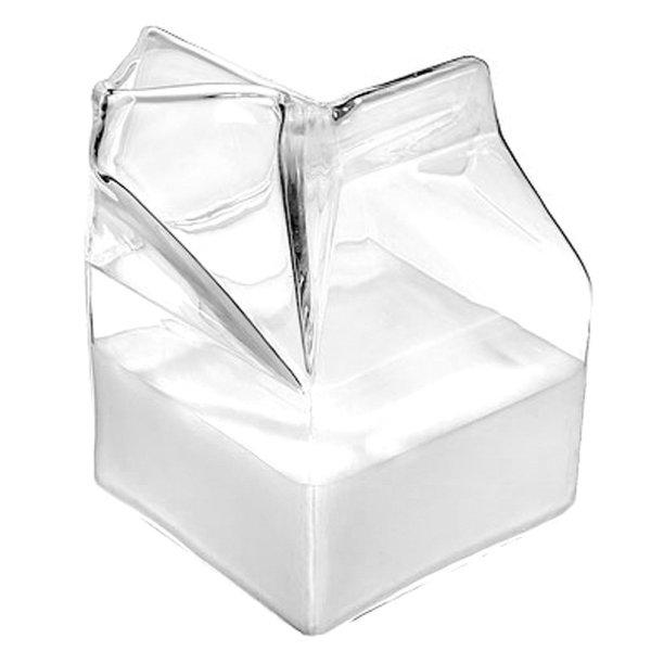 Стеклянный кувшинчик в виде открытого пакета молока.