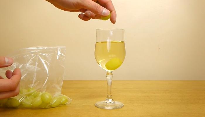 Как охладить вино при помощи нескольких виноградин.