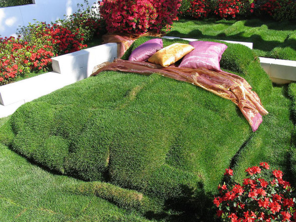Постель из настоящей травы.