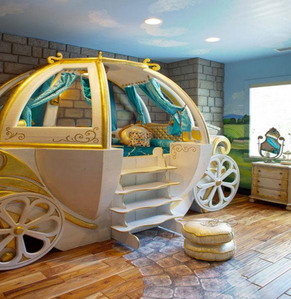 Кровать в виде кареты для маленькой принцессы.