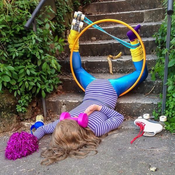 Фото людей, упавших под тяжестью своего скарба.