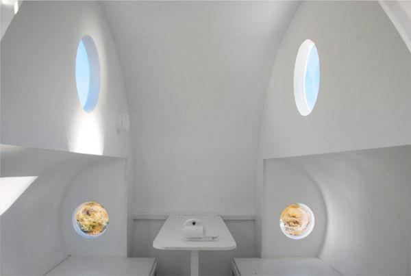 Внутри «Санок»: стол, лавки, иллюминаторы.