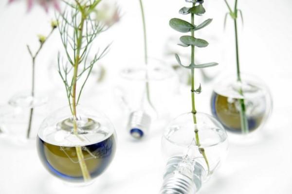 Стильные минималистские вазы из старых лампочек.