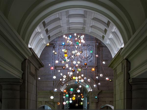 Музей Виктории и Альберта в Лондоне освещается люстрой от Bocci.