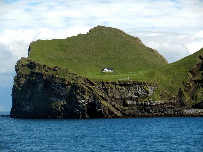 Таинственный дом, построенный на необитаемом острове.