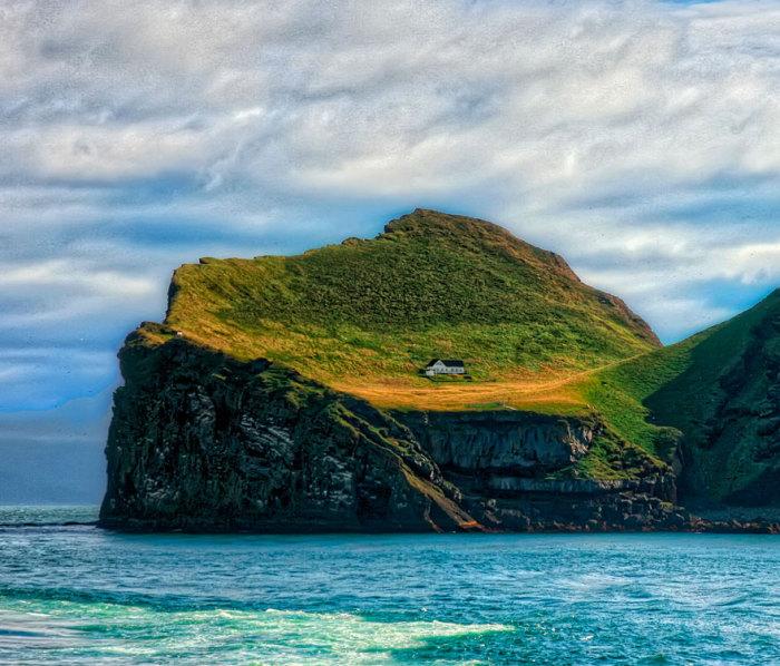 Одинокий домик на острове небольшого архипелага к югу от Исландии.