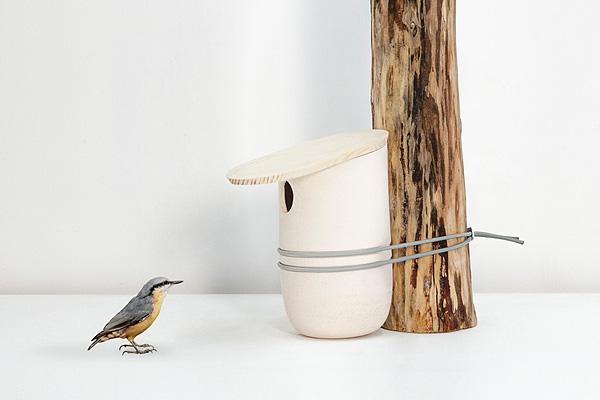 Керамический скворечник с деревянной крышкой.